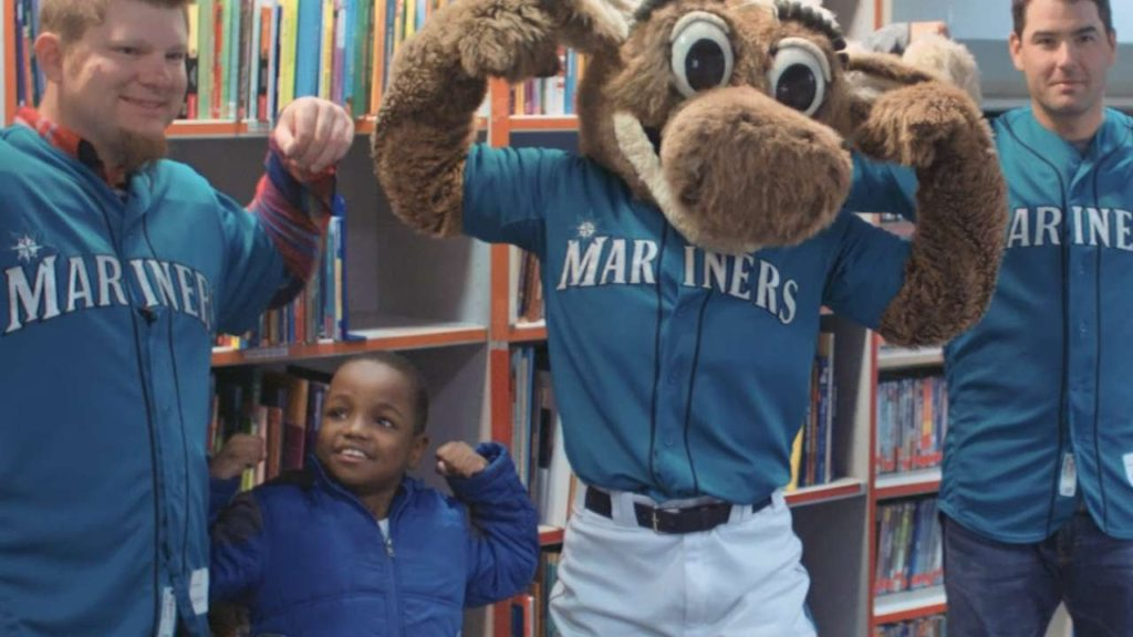 Mariners Care visits Seattle Children's Hospital