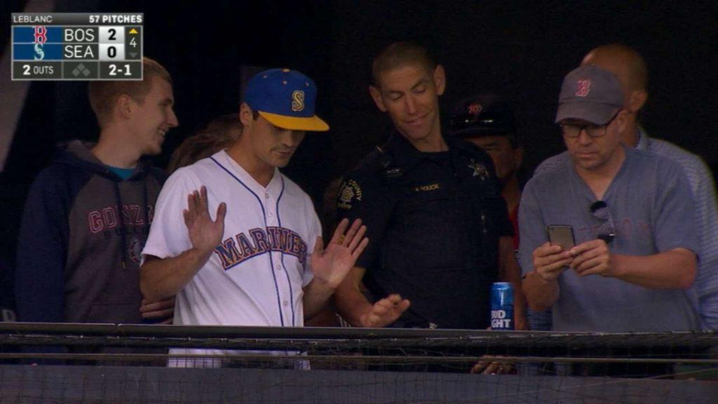 BOS@SEA: Mariners fan struggles with home run ball