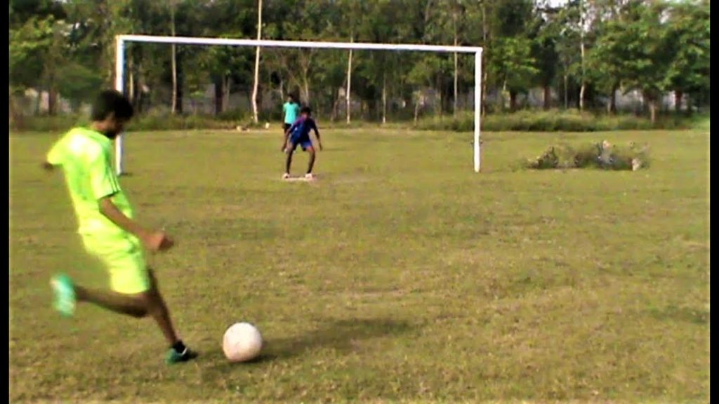 How to curve shoot a football (In Hindi)